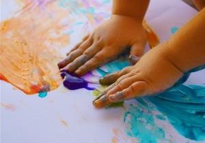 Niño-pintando-manos1